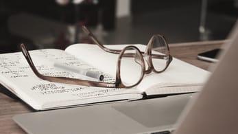 odprta knjiga z očali