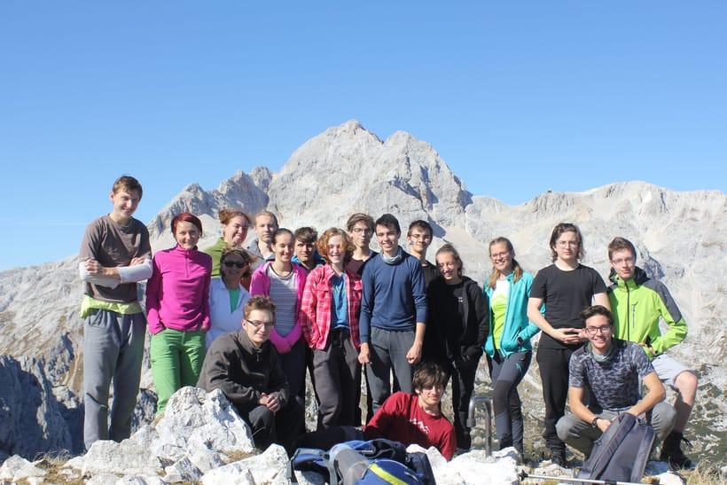 skupinska slika dijakov Vegove na vrhu. V ozadju Triglav