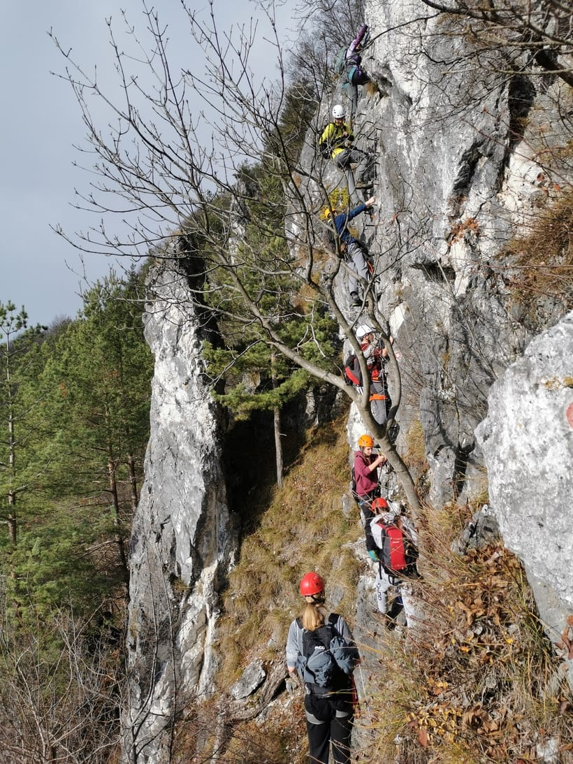 dijaki na strmem skalnatem vzponu na Lisco